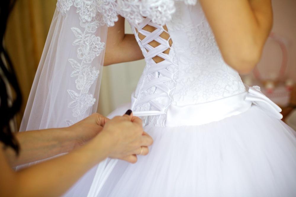 Как правильно завязывать на свадебным платье корсет