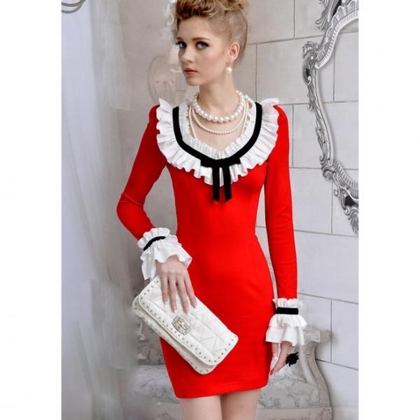 Сочетание красного платья с черными перчатками