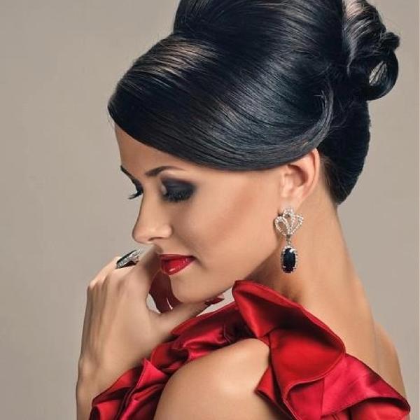красное платье прическа и макияж