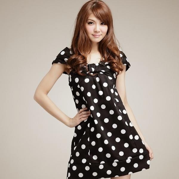 Короткое черное платье и длинные волосы