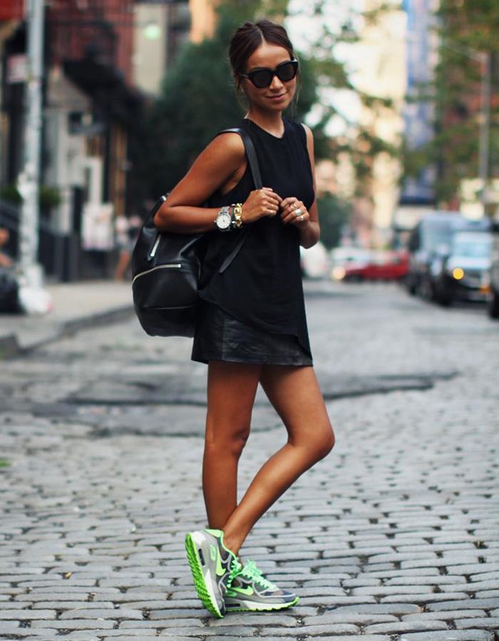 Девушка в черном платье и кедах