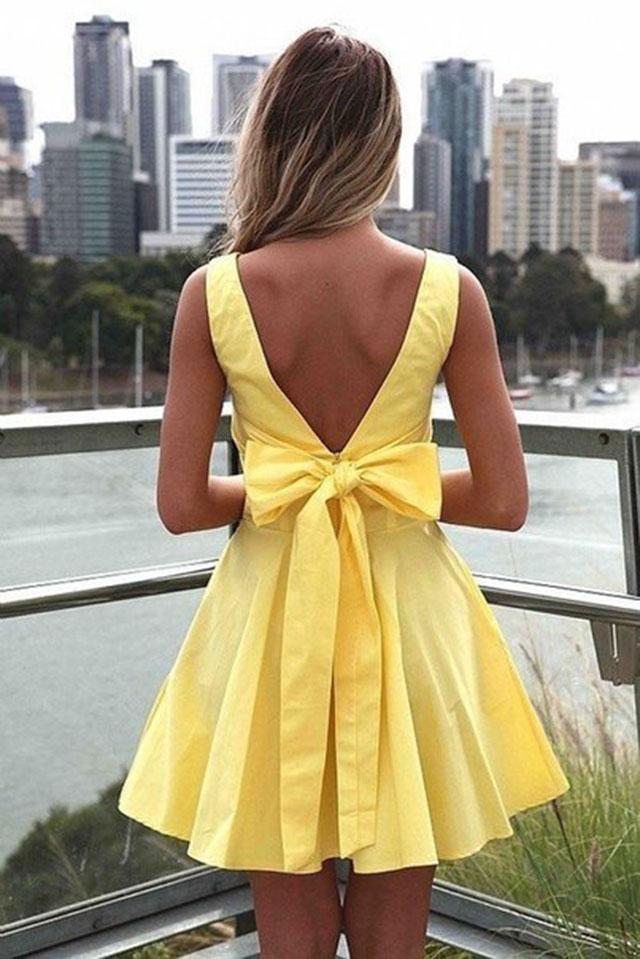 Сзади бантики на платье